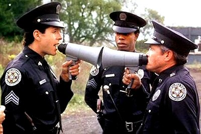 loca-academia-de-policia-critica-review