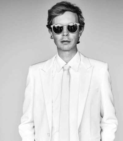 beck-traje-blanco-foto