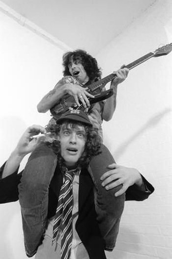 bon-scott-angus-young